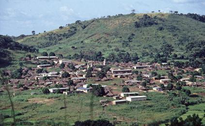 Village enclavé entre des montagnes. Foto Tor Ove Haga.